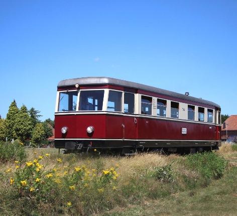 Gast-Triebwagen vor blauem Himmel