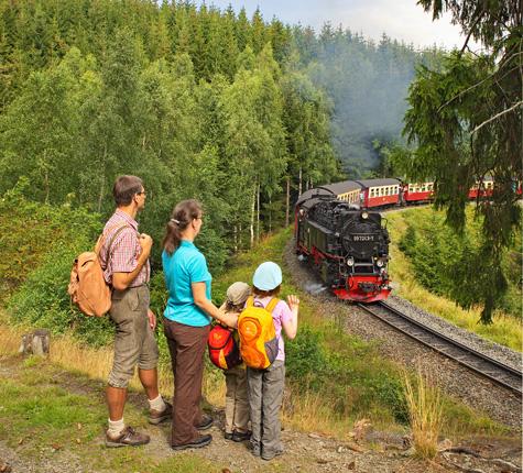 Dampflok im Wald mit Familie