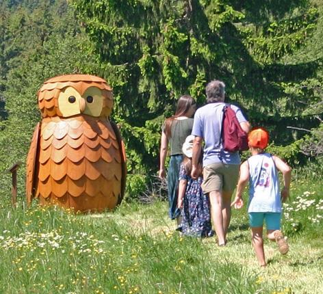 Familie geht in den Wald