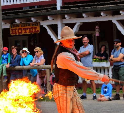 Cowboy mit Feuershow