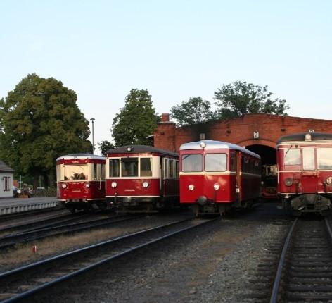 Vier Triebwagen nebeneinander