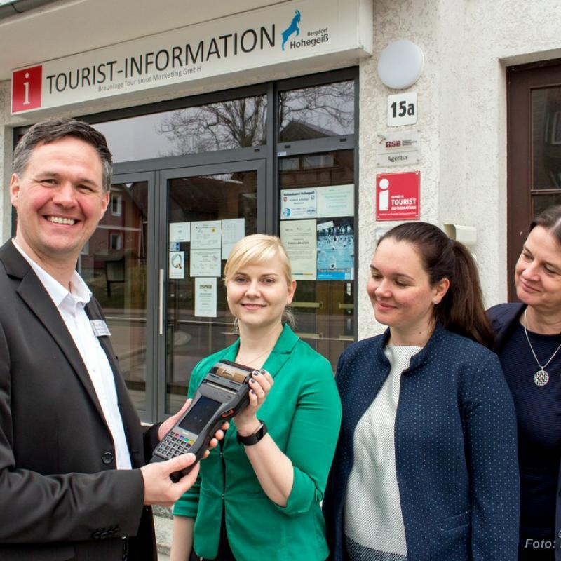 HSB-Fahrkarten gibt es ab sofort auch in Hohegeiß zu kaufen (v.l.n.r.): Andreas Bartels (Leiter Tourist-Infomation Hohegeiß), Katrin Peters (HSB-Marketing- und Vertriebsleiterin), Annemarie Runge (stellvertretende HSB-Marketing- und Vertriebsleiterin) und Cathleen Hensel (BTM-Geschäftsführerin) Foto: HSB/ Dirk Bahnsen